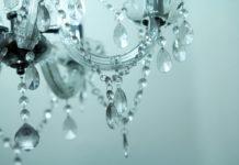 Modne i stylowe lampy odmienią wygląd salonu