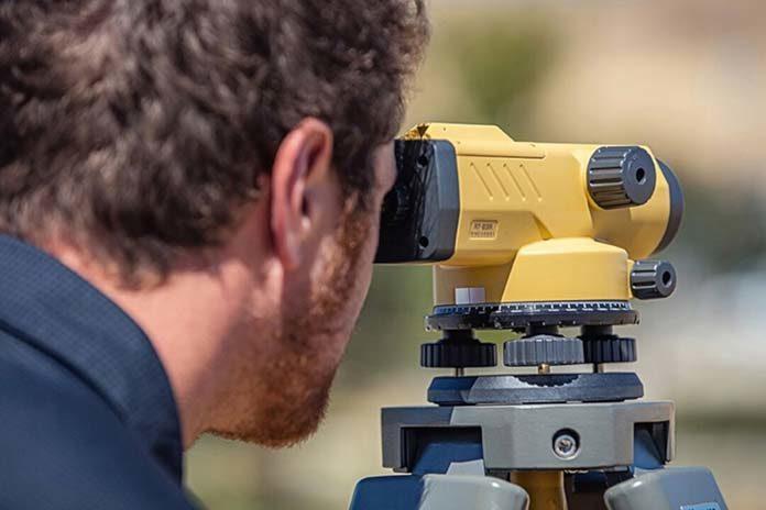 Jaki wybrać niwelator optyczny dla profesjonalistów