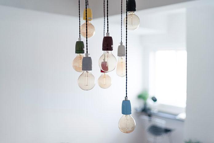 Wybieramy lampy wiszące do salonu i jadalni